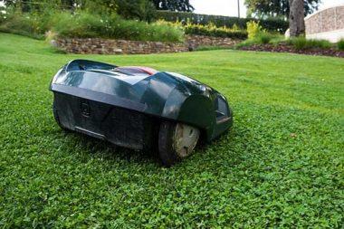 nie wieder rasen mähen. Rasenroboter für jeden Gartenliebhaber.
